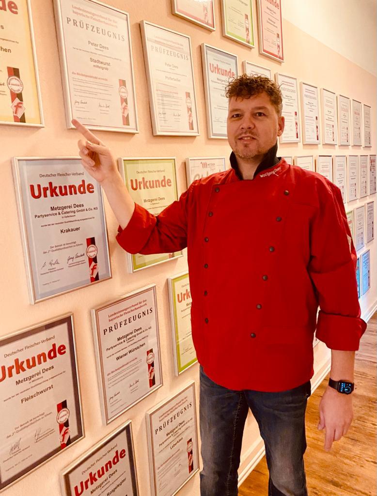 """Metzgermeister Wolfgang Dees vor der """"Hall of Fame"""" der Auszeichnungen"""